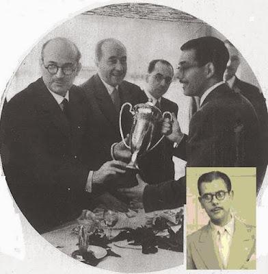 Antonio Medina recogiendo el trofeo de campeones del II Encuentro Ibérico de Ajedrez 1946