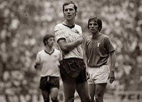 Beckenbauer jogando com clavícula quebrada na semi final da copa de 1970 contra a Itália.