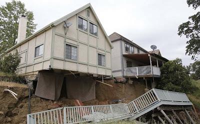 casa hundida en un agujero en la tierra misterioso