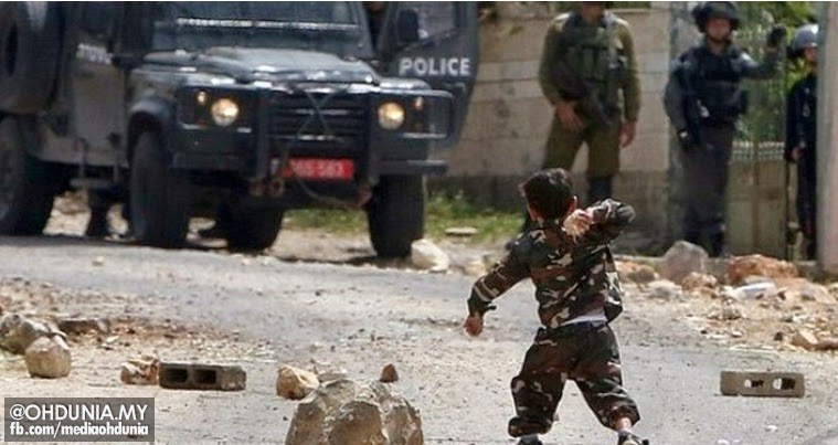 Lihatlah!.. Keberanian budak 5 tahun menentang polis bersenjata Israel