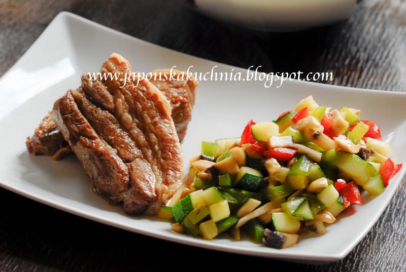 Japońska Kuchnia Karoliny Żeberka w zalewie z sosu sojowego i miodu gotowane