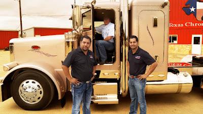 Raúl e Rolando Méndez em cena da série - Divulgação