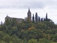 Vista da Bisano di un monastero sulle colline circostanti