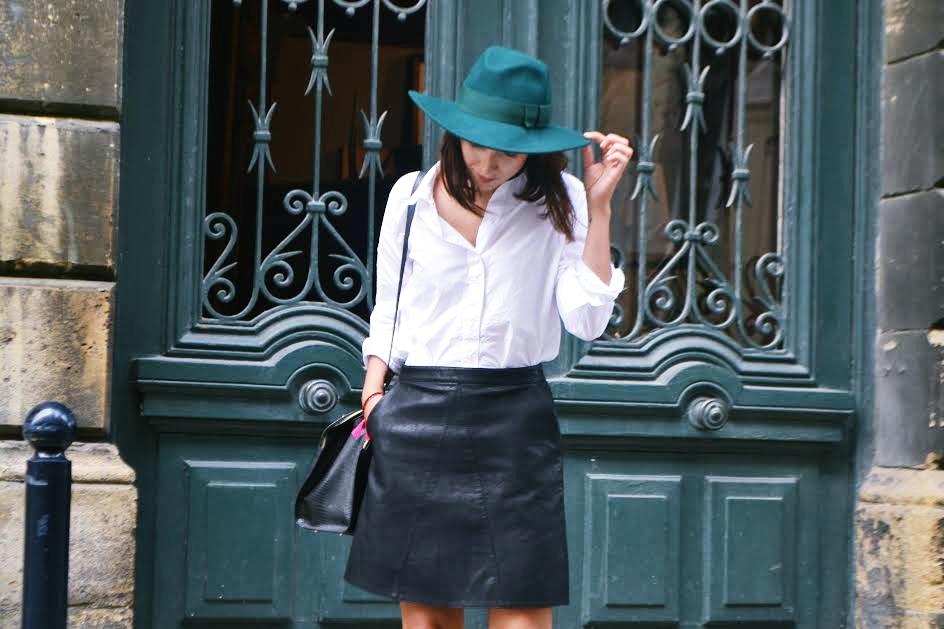 L'article avec la jupe en cuir et en chapeau ..