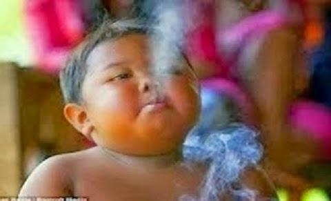 menino indonésio de 2 anos que fumava 40