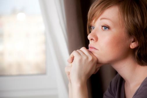 هل أنت اجتماعي أم انطوائي اعرف ذلك من خلال برجك - بنت امرأة تفكر - يدها على ذقنها - woman thinking