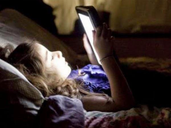 النظر للموبايل فى الظلام يؤدى للإصابة بمرض خطير جداً