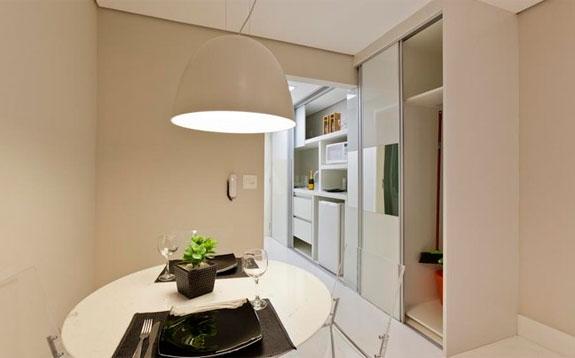 decoracao cozinha flat:Totalmente embutida, a cozinha do flat decorado por Sabrine tem nichos