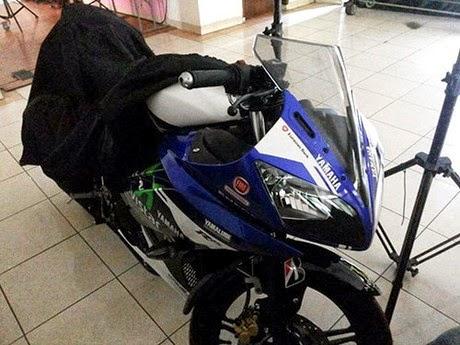 otoasia.net - Yamaha R15 yang akan diluncurkan pada 23 April 2014 mendatang tidak hanya mengusung desain livery bawaan pabrik. Banyak ragam desain tampilan yang sudah mucul mulai YZF-R15 Spesial Edition yang diperkirakan versi lebih tinggi atau R15.V3. Kemudian yang mengejutkan yakni livery motorGP Movistar yang diupload dalam group R15 Indonesia.
