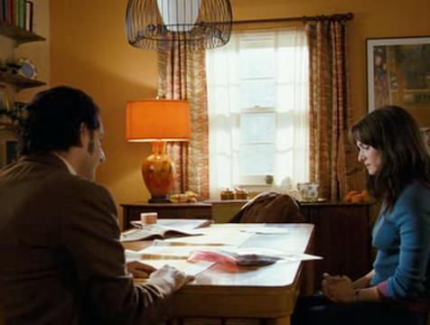 Len (Michael Imperioli) y Abigail (Rachel Weisz) charlan en The Lovely Bones - Cine de Escritor