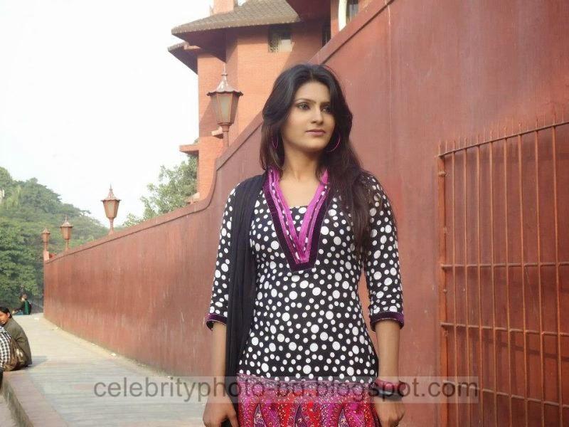 Bangeli+Model+Wahida+Rahi's+Exclusive+PhotoShoot+Collection+at+Dhanmondi+Lake+In+Salowar+2014 2015004