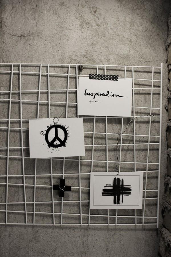 vykort svart och vitt, artprints peace, artprints kors, galler, vit, diy, murstock, inspiration pyssel, pyssel för inredning, display, kort med text