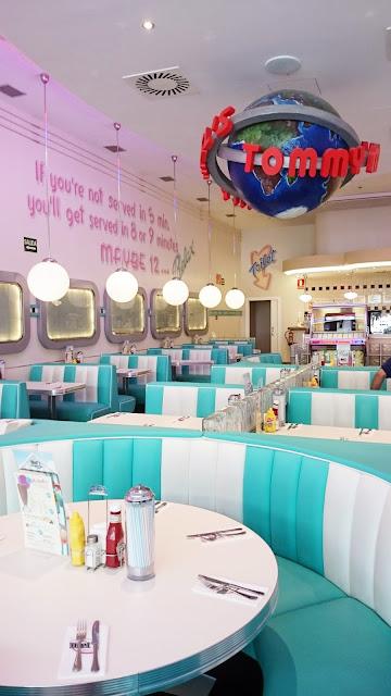 design restaurant Barcelona, żarówki na kablu, designerskie lampy, wiszące słoiki, piękne knajpy w hiszpani, pyszne jedzenie w barcelonie,lazurowe wnętrze restauracji, seledynowy kolor we wnętrzach, lata 50, knajpa z klimatem w barcelonie,