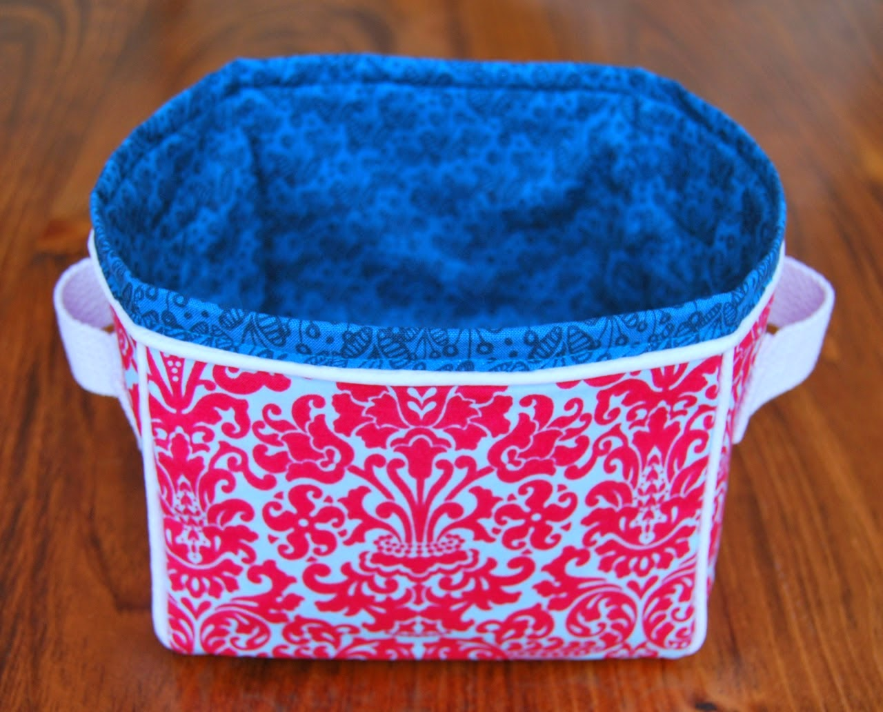 http://roonieranching.blogspot.com/2015/01/boxy-fabric-basket-sewing-tutorial.html