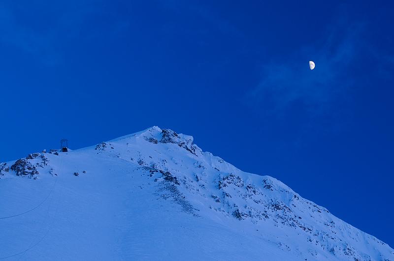 white world images, Zeppelin mountain, Zeppelini mäed, mäed, Moon, Kuu, Svalbard, Spitsbergen, Teravmäed, Ny-Ålesund, NILU, atmospheric research station, atmosfääriteadus