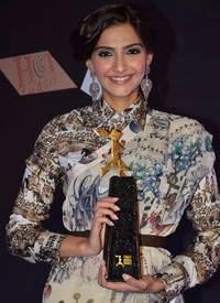 sonam kapoor in l'oreal paris femina women awards 3rd edition