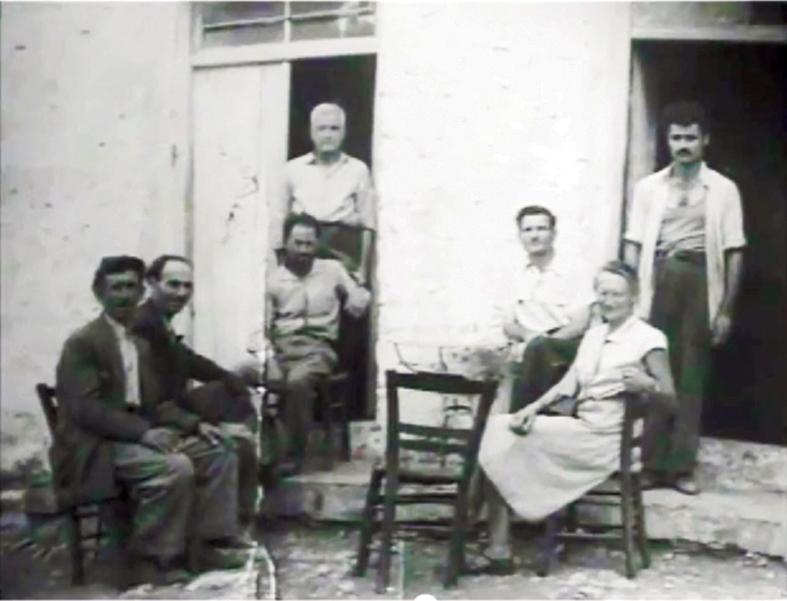 Ο Σταύρος Αϊβαλής (όρθιος δεξιά) στο μαγαζί που διατηρούσε (τσαγκάρικο) στην Αγορά της Καρύταινας