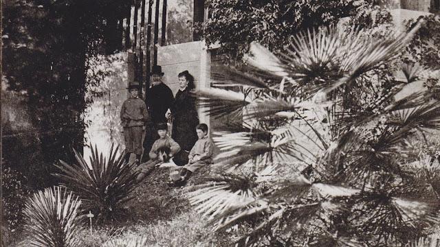 Pietro Troubetzkoy, la consorte Ada Winans, con i tre figli Pierre, Paolo e Luigi e il cane Boi nel giardino di Villa Ada, 1877-1878