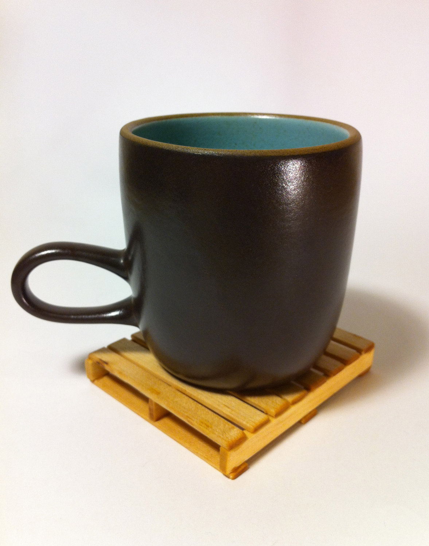 palete de madeira que serve de porta copos por U$16 00 (R$30 00 #B47F17 1177x1500