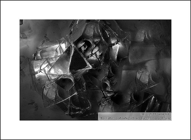Sus besos conducen a morbidas cárceles de cristal - His kisses lead to morbid glass prisons       Black & White Abstracts
