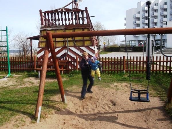 Plac zabaw - Międzyzdroje i oczywiście najważniejsza huśtawka ;) drewniany