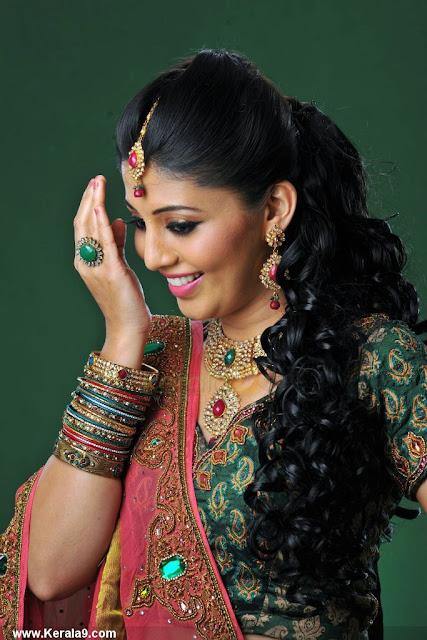 Nimisha Suresh thigh