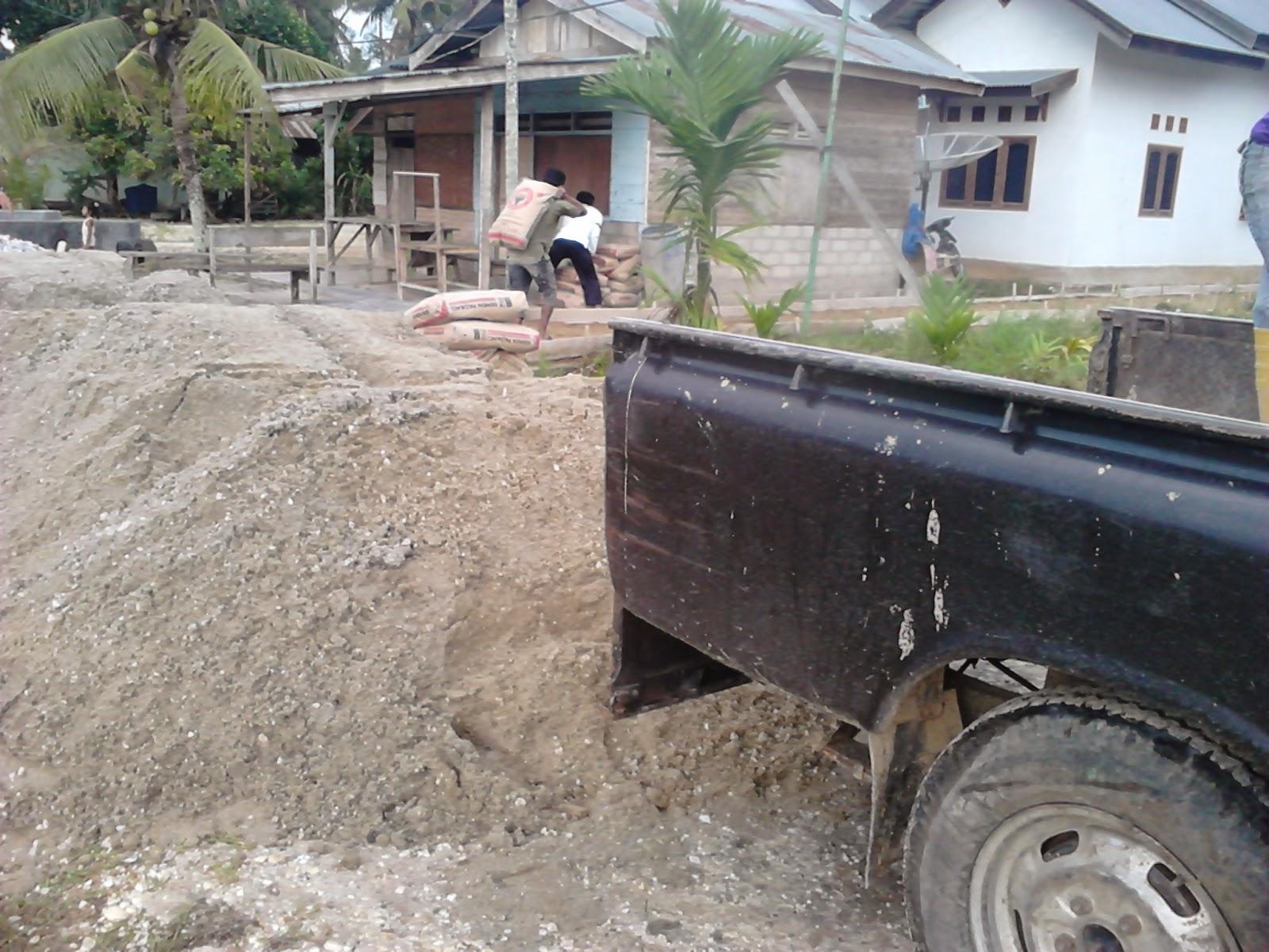 mengangkut semen menggunakan mobil pick up di Desa Seresam