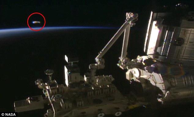Ζωντανή σύνδεση με τον διαστημικό σταθμό καταγράφει UFO και η NASA διακόπτει τη μετάδοση (Video)