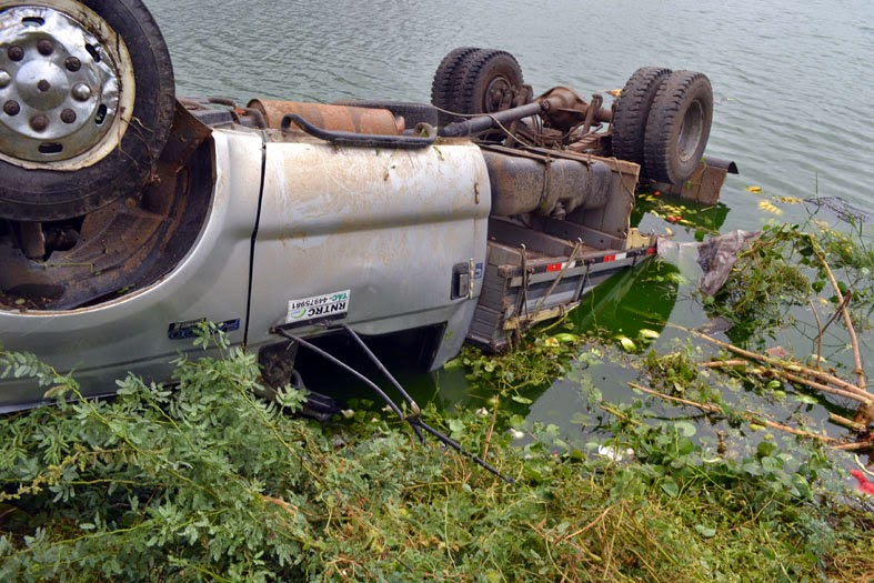 Serra Talhada: Veículo carregado capota e cai no lago da Borborema
