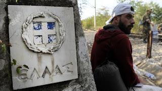 Ένας πρόσφυγας περιμένει στα σύνορα ανάμεσα στην Ελλάδα και τη FYROM.