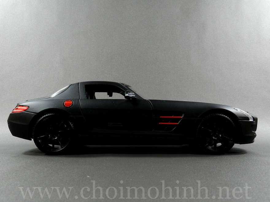 Mercedes-Benz SLS AMG Matt-Black 1:18 Maisto side