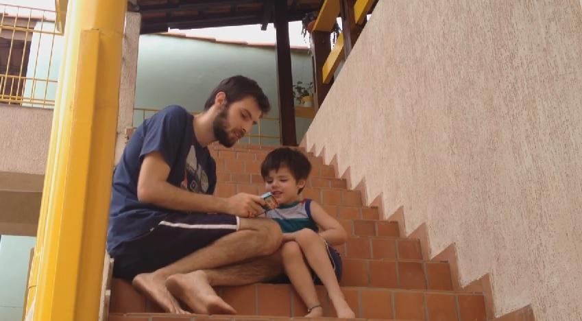 Pai e filho jogando A Fantástica Fábrica de Histórias para Crianças