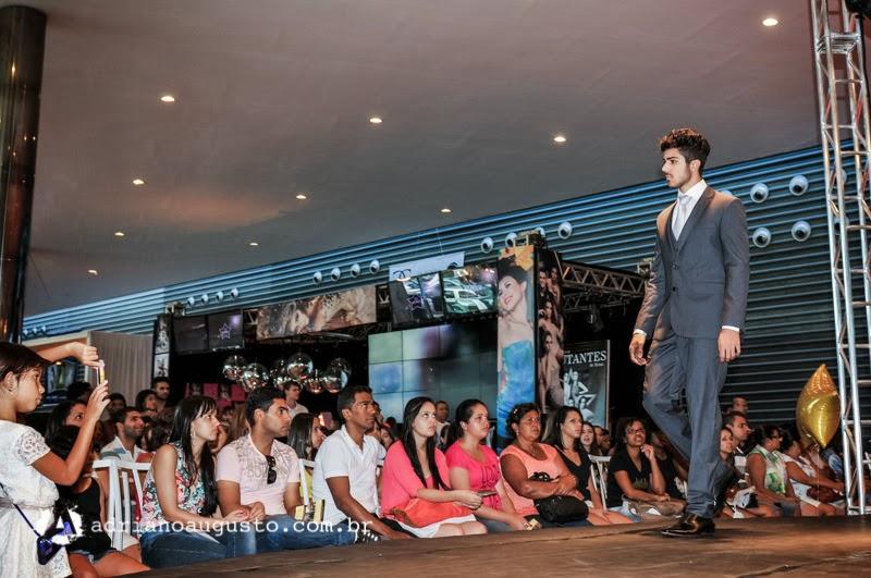 David Castro desfila de terno na passarela da  II Mostra Noivas e Debutantes. Foto: Adriano Augusto