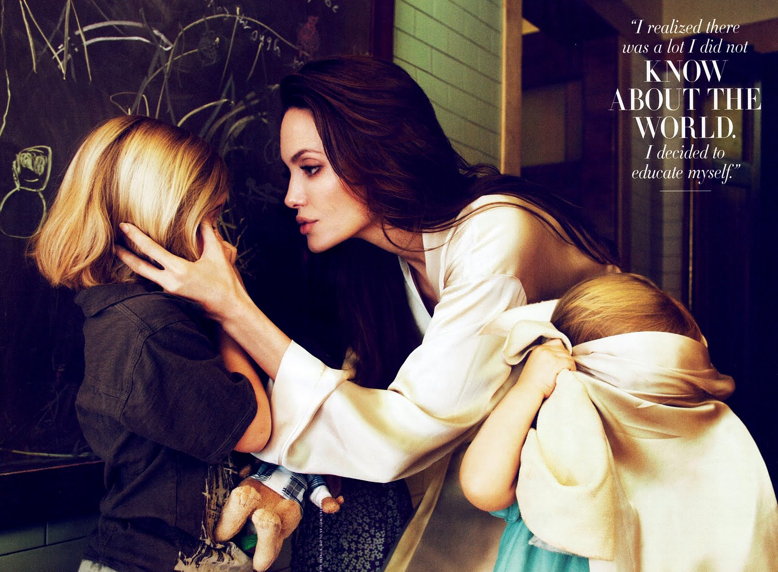 http://4.bp.blogspot.com/-20IT2e8khYg/TnDHOmsEq6I/AAAAAAAAAOI/KUDk_yi99kg/s1600/golden-eye-angelina-jolie-vanity-fair-october-2011-6.jpg