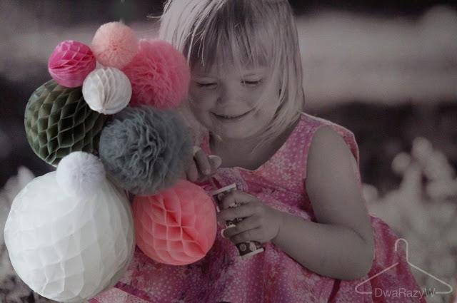 dekoracje urodzinowe pompony z papieru rozety