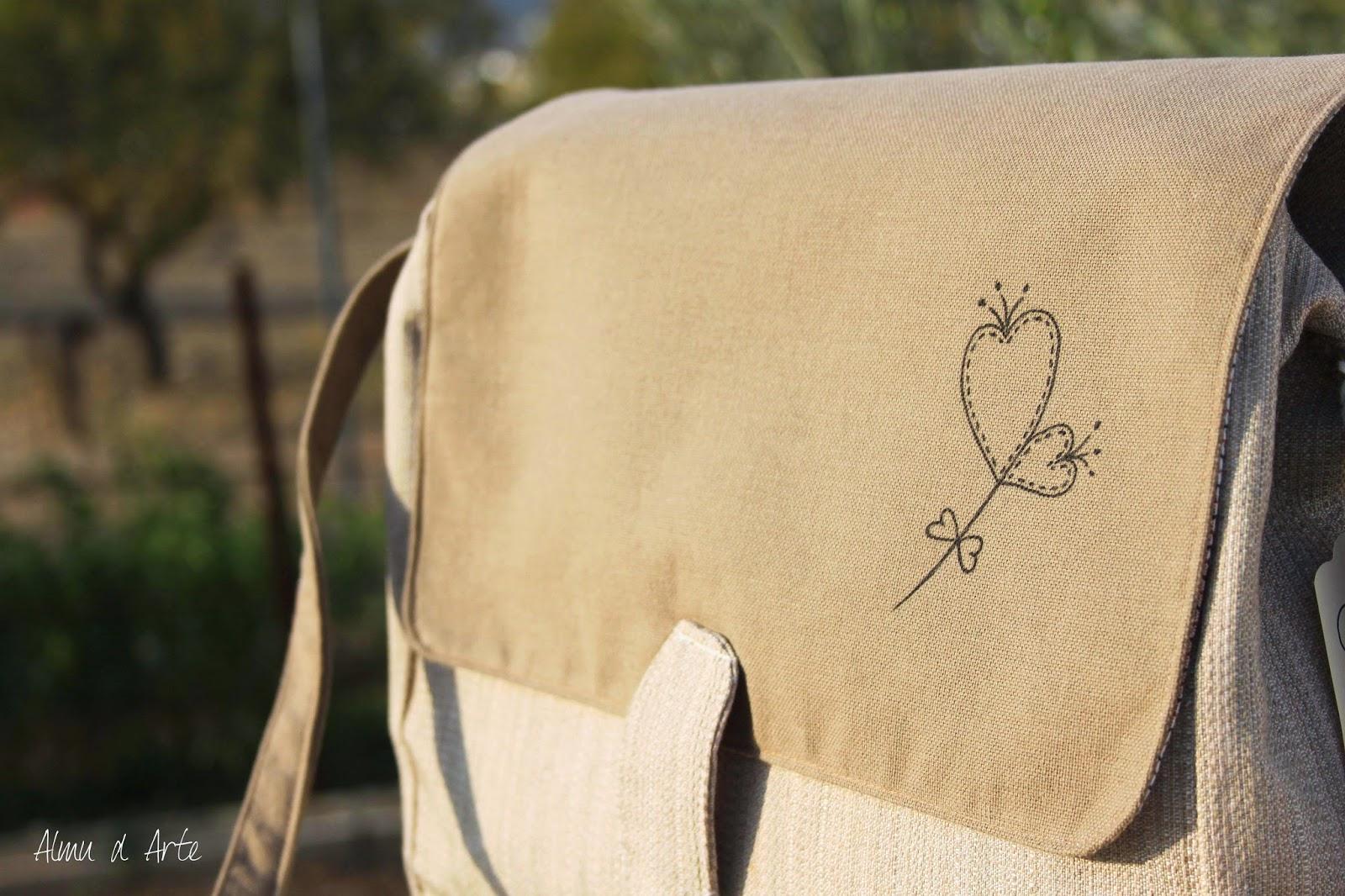 Bolso artesanal con dibujo pintado a mano en la solapa