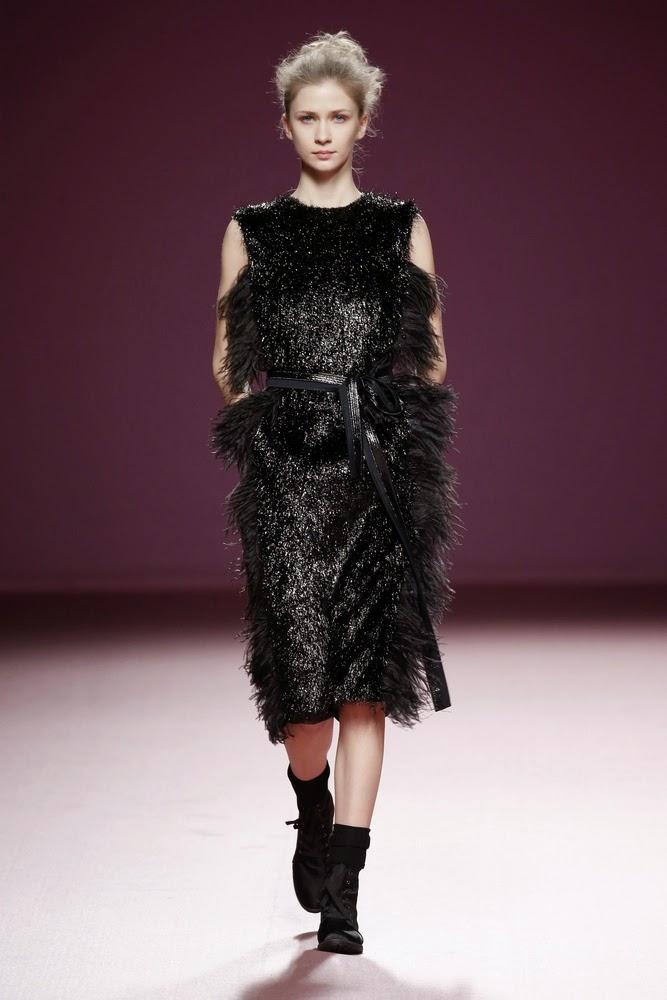 vestido negro pelo juan vidal