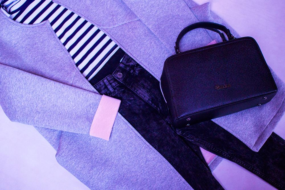 Spodnie, jeansy, marmurki czarne z wysokim stanem H&M. Wiosenna narzutka, płaszcz szaro różowy pastelowy na blogu modowym. Crop top w paski i torebka Doca pudełkowa.
