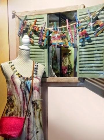 Vestido escote redondo y espejo ventana con persiana