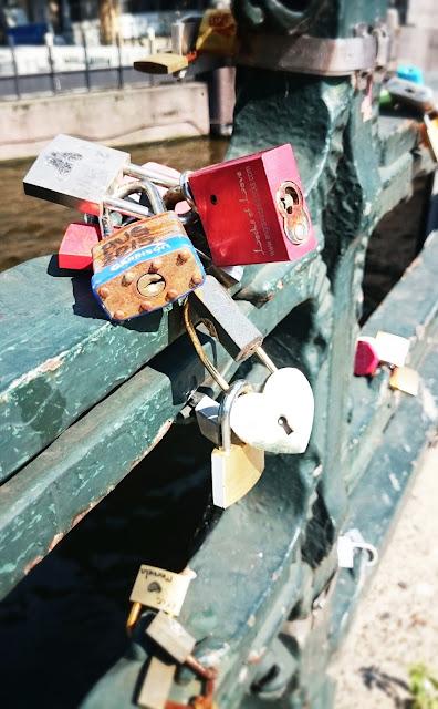 kłódka, kłódki na moście, wieszanie kłódek na znak miłości,blog wnętrza DIY