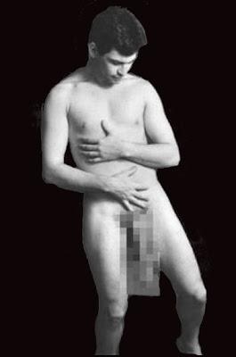 Jonah Falcon  pelado na ocasião do documentário para conferir suas medidas do seu pênis diante das câmeras