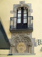 Detall de la finestra d'arc carpanell de la Fleca Vella