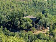 El mas de Rocafort, amb torrelles de guaita a cada cantonada, vist des de Sant Feliuet