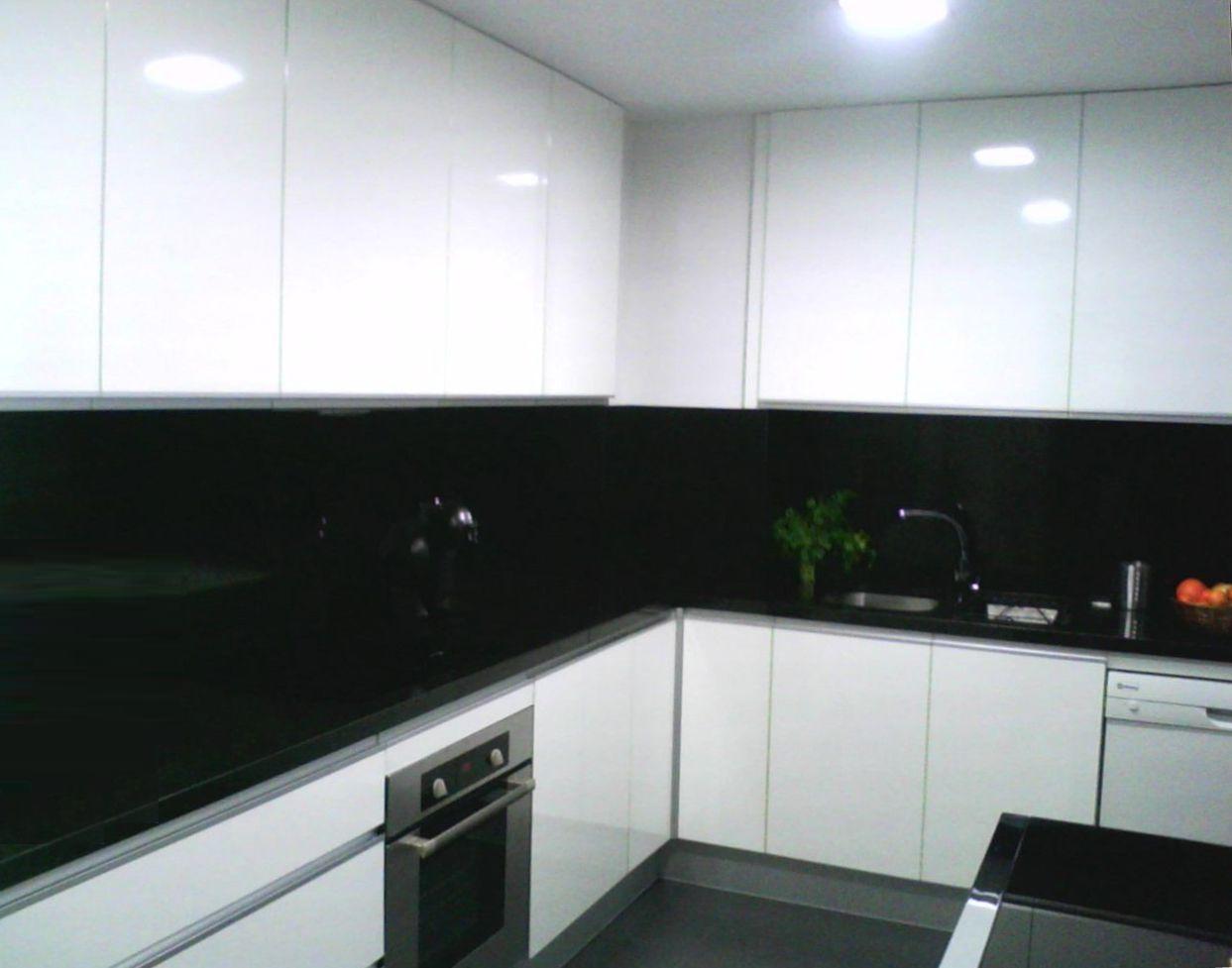 C mo distribuir el espacio en la cocina cocinas con estilo for Cocina blanca encimera negra