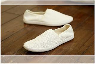 sepatu cowok korea warna putih