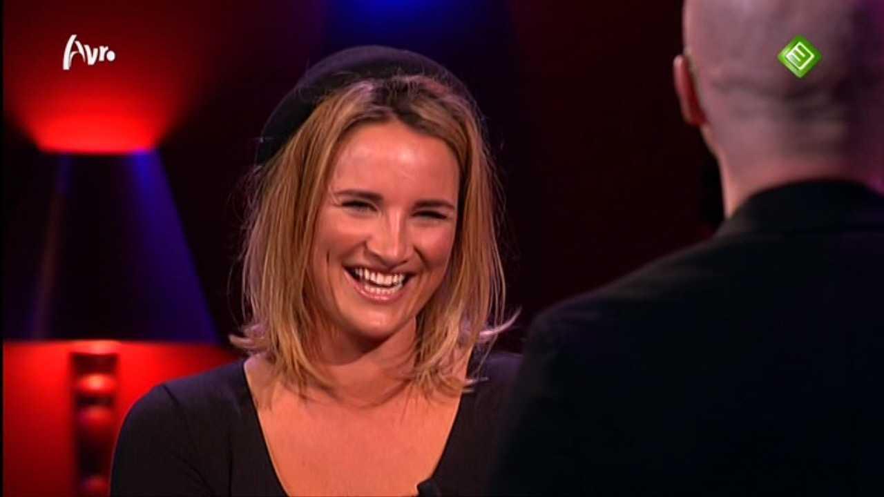 Bekende nederlandse tv vrouwen lieke van lexmond zoent in verleidingsshow mag ik u kussen for Van de tv