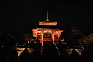 The West Gate in Kiyomizudera .