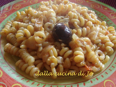 fusilli con cipolle e cottage cheese