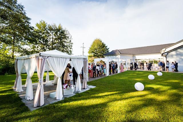 Ślubna aranżacja ogrodu.