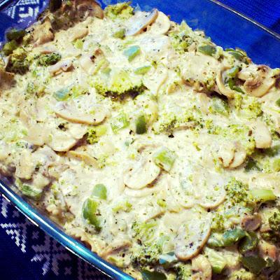 Zapiekanka makaronowa z warzywami z serem w sosie śmietanowym